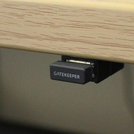 USB-Bluetooth-Sensors kann unterhalb eines Tisch angebracht werden.