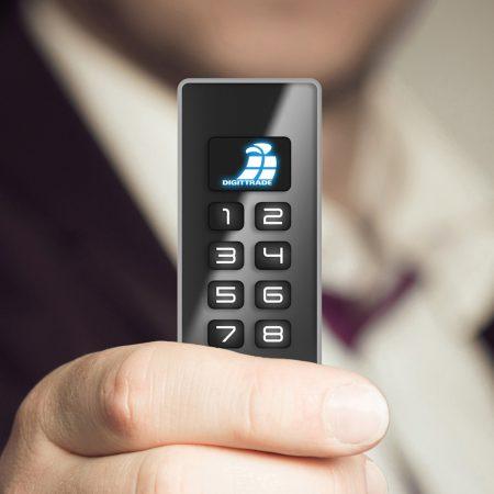 Digittrade KOBRA USB-C Stick in der Hand